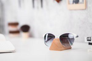 lumenqi-holz-design-brillenhalter-brilleneck-geschenk-06